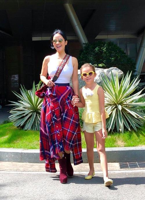 Ca sĩ Hồng Nhung cùng con gái tung tăng dạo phố. Bà mẹ hai con mặc áo bó sát tôn vòng eo nhỏ xinh. Nữ diva đã khỏe và đi hát trở lại sau thời gian bị nằm viện, nghỉ ngơi do kiệt sức.