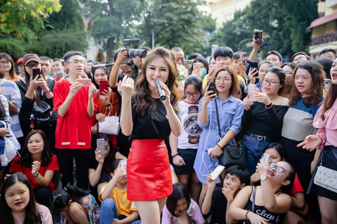 Sau chiến dịch tại Hà Nội, Hương Tràm tiếp tục đưa Hộp thư số 1 đến phố đi bộ Nguyễn Huệ, TP HCM vào ngày 6/12.