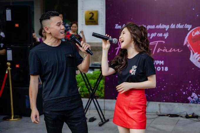 Hương Tràm cho biết, không chỉ là một người anh thân thiết trong nghề, Tú Dưa còn cho cô những lời khuyên chân thành trong cuộc sống. Với nữ ca sĩ, cựu thành viên Quả Dưa Hấu là thế hệ nghệ sĩ đi trước mà cô rất ngưỡng mộ về tài năng.