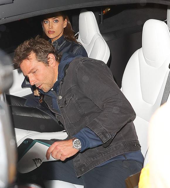 Bradley chờ đến hết đêm diễn để hộ tống Irina về. Cặp đôi gần đây mua nhà ở New York làm tổ ấm mới với giá hơn 3 triệu USD.
