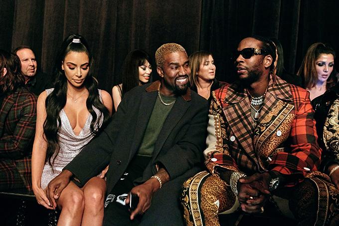 Kanye West say sưa trò chuyện với rapper 2 Chainz nhưng vẫn tình tứ với vợ.