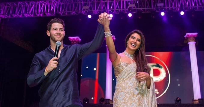 Priyanka Chopra đã biến đám cưới của cô với nam ca sĩ Nick Jonas thành ngày hội lớn của hai gia đình và đông đảo người thân, bạn bè. Trước ngày diễn ra hôn lễ, cặp đôi tổ chức buổi lễ Sangeet vào tối 30/11 (ca hát nhảy múa ăn mừng đám cưới theo phong tục của Ấn Độ). Một sân khấu lớn được dựng trước cung điện và nhà gái thi hát với nhà trai. Cô dâu và chú rể đều là những ca sĩ, diễn viên nổi tiếng nên cuộc cạnh tranh diễn ra vô cùng gay cấn. Nó giống như một màn trình diễn. Mỗi gia đình kể những câu chuyện của chúng tôi qua các bài hát và điệu nhảy, tràn ngập tiếng cười và tình yêu, Hoa hậu Thế giới 2000 tâm sự trên Instagram, Cả hai chúng tôi đều tràn đầy lòng biết ơn vì nỗ lực, tình yêu và tiếng cười mang đến những ký ức về buổi tối đặc biệt này trong suốt cuộc đời. Đó là một sự khởi đầu tuyệt vời cho sự kết nối giữa gia đình và bạn bè của chúng tôi.
