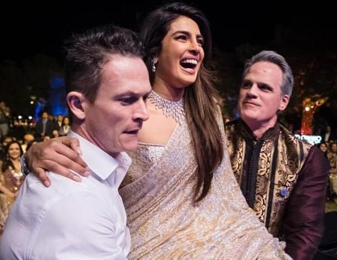 Priyanka Chopra đã tổ chức đám cưới theo đúng phong tục của Ấn Độ kết hợp với văn hóa phương Tây, tạo nên một đêm hội tưng bừng ngập tiếng cười.