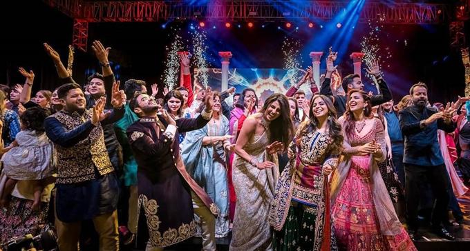 Nhà thiết kế Abu Jani Sandeep Khosla kể lại ấn tượng về vũ hội của ánh sáng và âm nhạc trong lễ cưới của Priyanka Chopra tại cung điện Umaid Bhawan: Hàng triệu ánh đèn kỳ ảo và những chiếc gương phản chiếu ánh sáng được đặt quanh Umaid Bhavan để tạo ra một vùng đất thần tiên đầy mê hoặc. Giống như thể bầu trời và mặt đất cùng nhảy múa để chúc mừng đôi uyên ương.