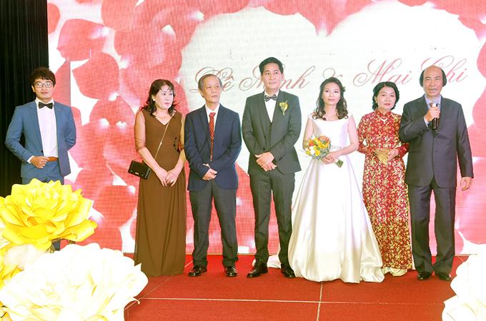 Cô dâu, chú rể cùng bố mẹ hai bên lên sân khấu nói lời cảm ơn khách mời và thực hiện nghi thức căcquen thuộc trong đám cưới.