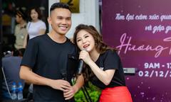 Hương Tràm song ca Tú Dưa giữa phố đi bộ Hà Nội