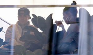 Justin Bieber và vợ tranh cãi căng thẳng trong quán cafe