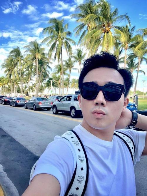 MC Trấn Thành selfie khi đi dạo trên đường