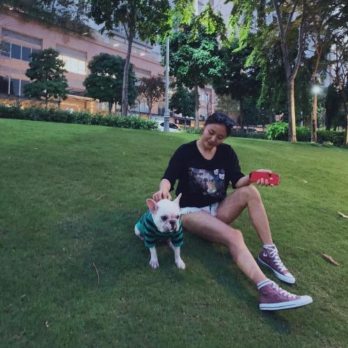 Khoảnh khắc thảnh thơi của Văn Mai Hương khi đi dạo cùng chó cưng.