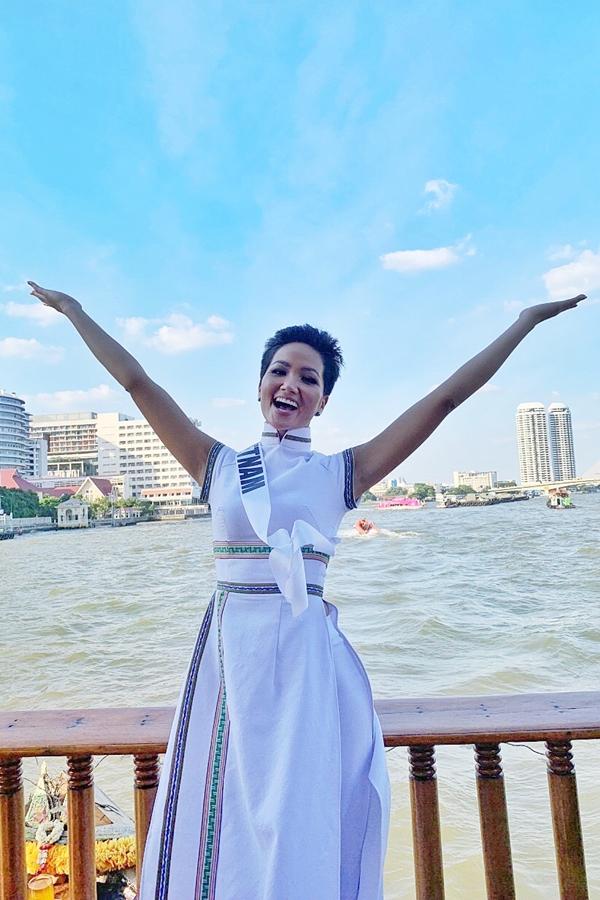 HHen Niê diện áo dài đi chơi thuyền cùng thí sinh Miss Universe