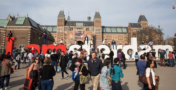 Biểu tượng nổi tiếng I Amsterdam ở Hà Lan bị tháo bỏ vì lý do an toàn - 1