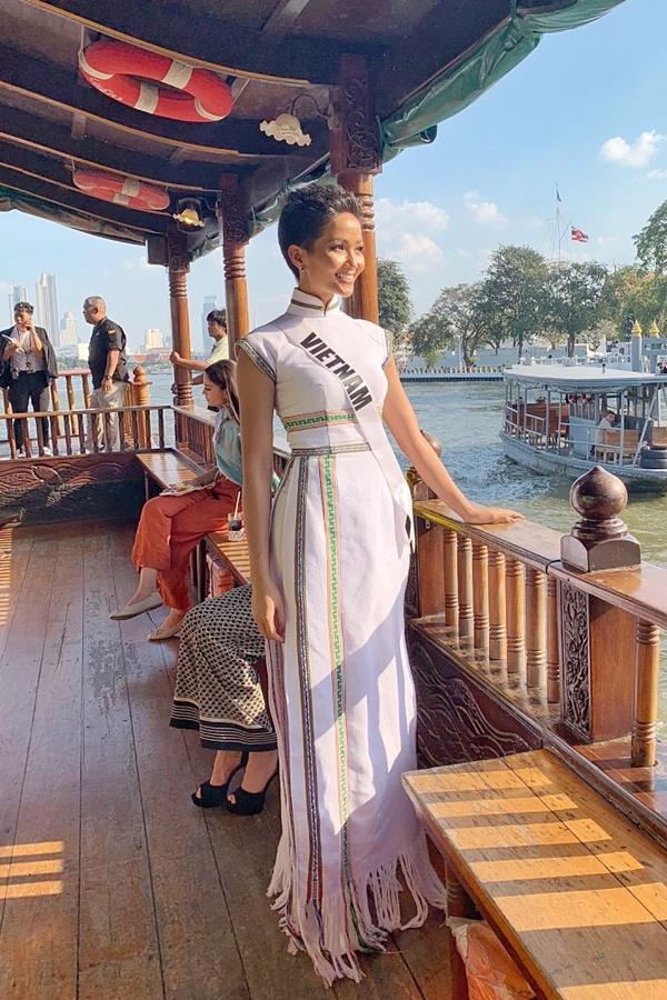 HHen Niê diện áo dài đi chơi thuyền cùng thí sinh Miss Universe - 1