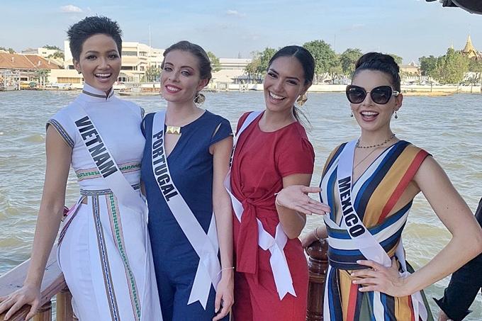 HHen Niê diện áo dài đi chơi thuyền cùng thí sinh Miss Universe - 2