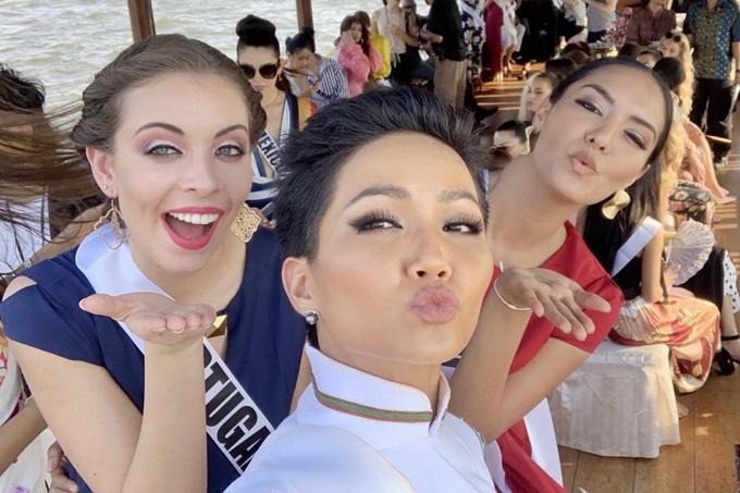 HHen Niê diện áo dài đi chơi thuyền cùng thí sinh Miss Universe - 3