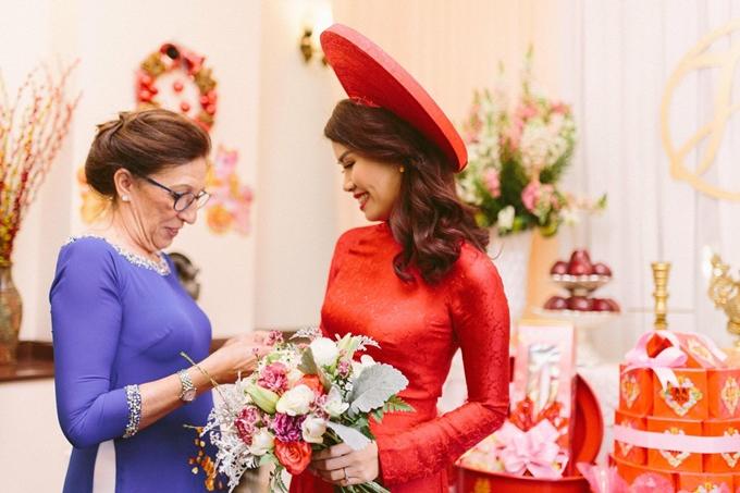 Trần Trang và mẹ chồng tại đám cưới tổ chức tại Việt Nam.