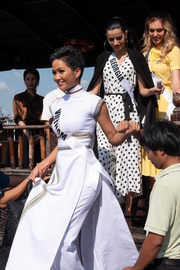 HHen Niê diện áo dài đi chơi thuyền cùng thí sinh Miss Universe - 4