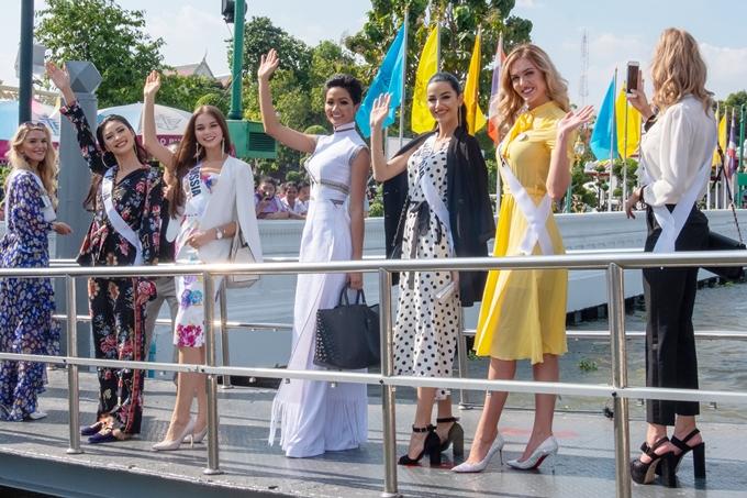 HHen Niê diện áo dài đi chơi thuyền cùng thí sinh Miss Universe - 5
