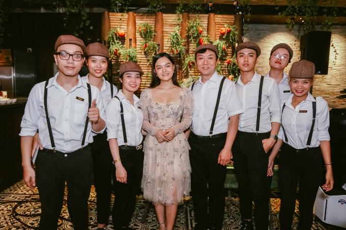 Sau chương trình, Pham Quỳnh Anh cho biết sẽ rủ bạn bè tới đây để hàn huyên, tâm sự. Ngoài ra, cô nhắn nhủ các fan tham dự chương trình check-in tặng voucher của quán. Đây là ưu đãi chỉ diễn ratrong tháng khai trương.