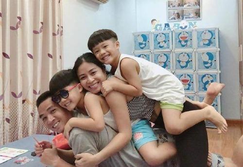 Mạnh Hùng có mỗi quan hệ thân thiết với hai con riêng của vợ.
