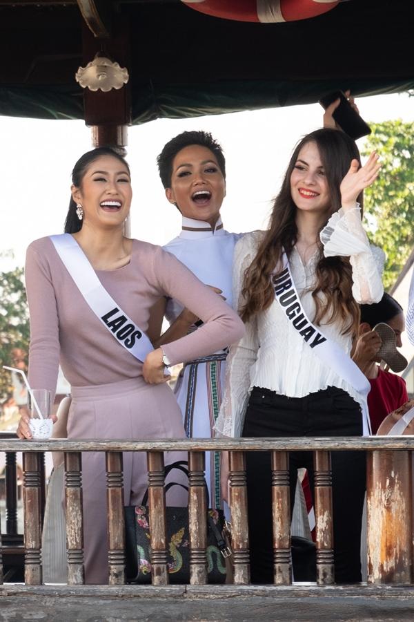 HHen Niê diện áo dài đi chơi thuyền cùng thí sinh Miss Universe - 6