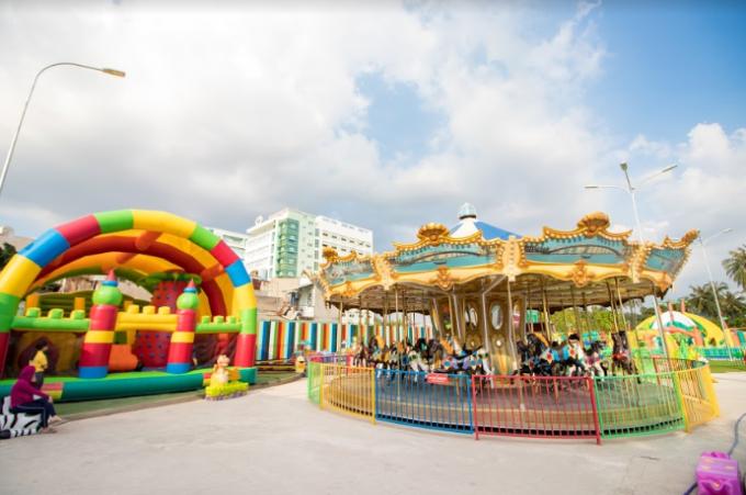 Just Kidding được biết là một chuỗi công viên giải trí dành cho trẻ em và người lớn ở Sài Gòn. Sau hai chi nhánh tại SC VivoCity quận 7 và Thảo Điền quận 2, Just Kidding mở rộng thêm công viên giải trí tại 227 Hà Huy Giáp, phườngThạnh Lộcmquận 12 với quy mô lớn hơn, đạt tiêu chuẩn quốc tế.