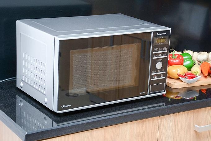 Lò vi sóng Panasonic PALM-NN-GD371MYUE có kiểu dáng hiện đại với màu bạc sang trọng, góp phần tô điểm không gian bếp. Kích thước sản phẩm gọn nhẹ, hình chữ nhật, dễ dàng để bạn bố trí sản phẩm trên kệ bếp hoặc kệ tủ.