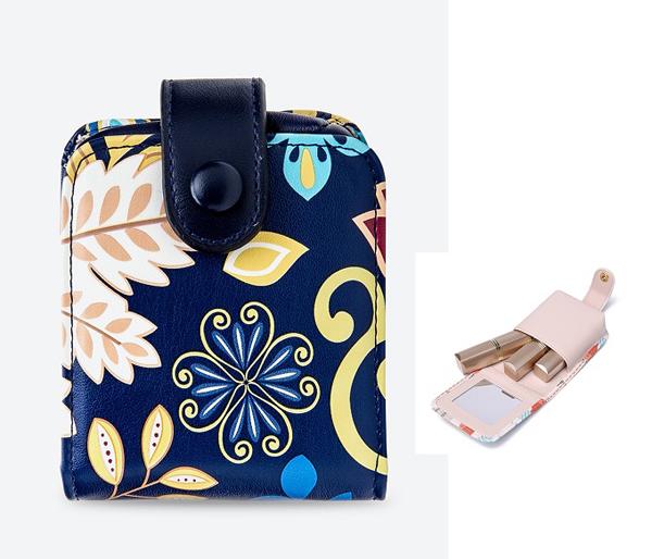 Những cô nàng thường xuyên mang theo nhiều thỏi son có thể sắm ngay một chiếc ví đựng để tránh tình trạng thất lạc. Tham khảo ví son màu xanh navy Venuco Madrid N01M69 giá ưu đãi 50% chỉ còn 299.000 đồng trên Shop VnExpress.