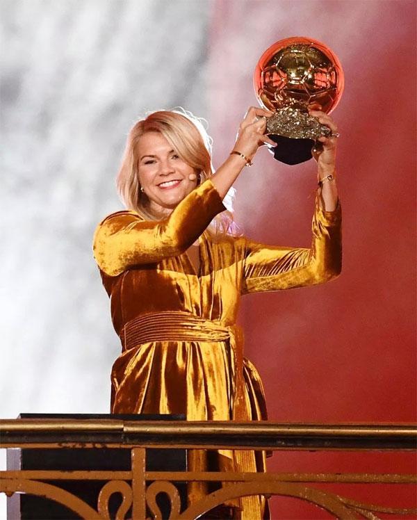 Ada Hegerberg rạng rỡ nhận giải Quả bóng vàng dành cho nữ