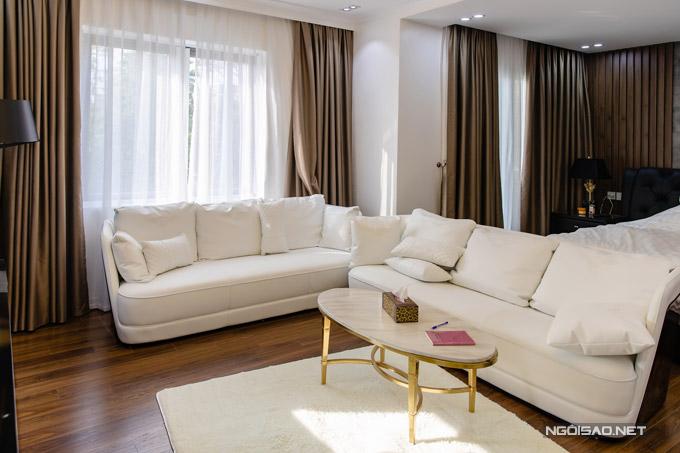 Phòng ngủ riêng là nơi Quang Hà ưng ý nhất trong biệt thự. Căn phòngnằm trên tầng 2, được thiết kế thông với phòng chứa đồ và nhà vệ sinh. Ở ba góc của căn phòng đều có cửa sổ rộng với view nhìn ra vườn cây và khu công viên.