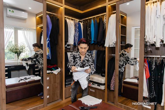 Đây là nơi anh cất những bộ đồ diễn và trang phục hàng ngày. Anh sắp xếp sơ mi, vest, áo thun, quần jeans... ở từngngăn riêng.