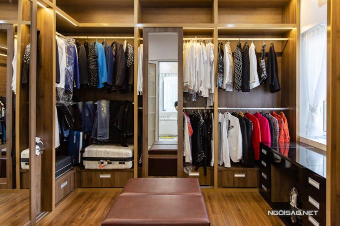 Phòng chứa quần áo được Quang Hà thiết kế rất gọn gàng.