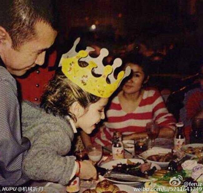 Cáp Ni mang gương mặt lai, khiến nhiều người tò mò về thân thế của cô. Dù vậy, mọi thông tin của mỹ nhân Tân Cương vẫn được giấu kín, ngoại trừ việc cô sinh năm 1996, người gốc Tân Cương.