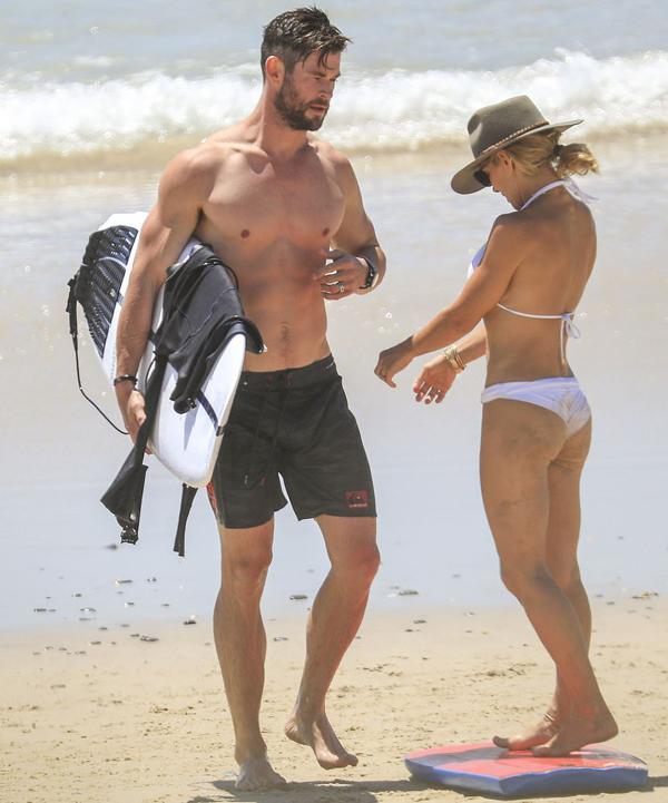 Chris Hemsworth và bà xã Elsa Pataky thư giãn trên bãi biển Byron vào sáng thứ 2. Chris gây chú ý với thân hình cường tráng, cơ bụng sáu múi trong khi vợ anh cũng sở hữu vóc dáng săn chắc không kém.