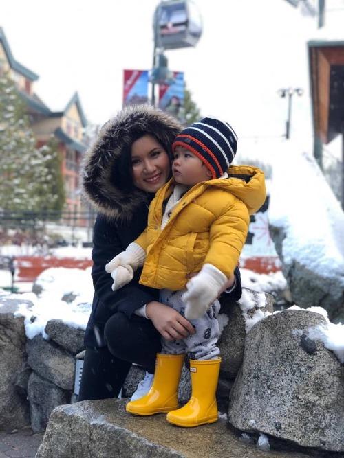 Vợ Đan Trường đi con trai đi ngắm tuyết.