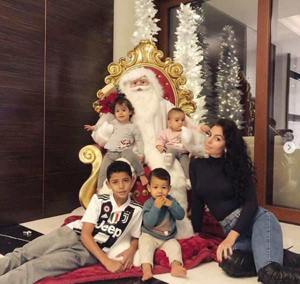 Không khí Giáng sinh đã tràn ngập trong căn biệt thự ở Turin của nhà C.Ronaldo.