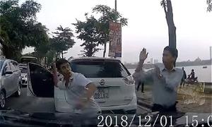 Hai tài xế ôtô ở Hà Nội đánh nhau vì giành đường