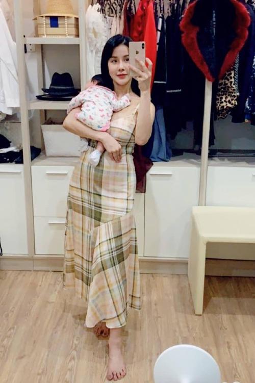 Diệp Lâm Anh lần đầu khoe con gái: Mới 1 tháng mà suốt ngày đòi mẹ bế vác thế này mới chịu nín.
