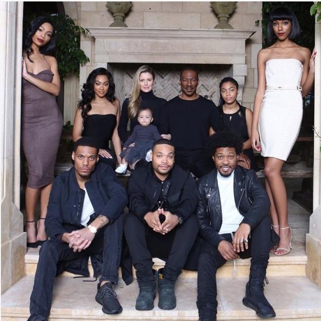 Eddie bên vị hôn thê (tóc vàng) và 8 người con trong bức ảnh Giáng sinh 2016. Trong ảnh thiếu bé Angel - con gái của nam diễn viên và ca sĩ Mel B.