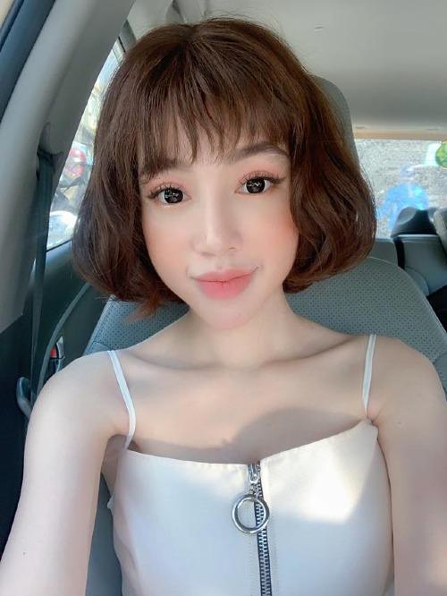 Elly Trần được khen trẻ như cô gái 18 khi đổi kiểu tóc mới. Bên em nắng rồi à/Nơi chị thì vẫn mưa/Em thương ai rồi à/Riêng chị thì vẫn chưa, bà mẹ hai con bình luận về bức ảnh.