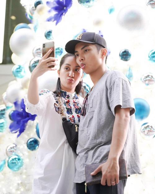 Vợ chồng Khánh Thi - Phan Hiển tạo dáng xì tin khi selfie với cây thông Noel ở Singapore.