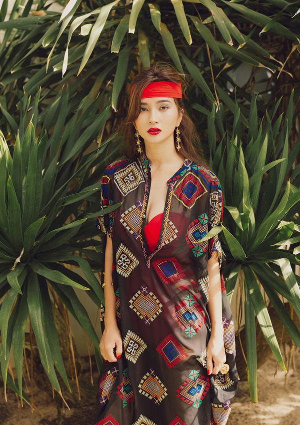 Nhà thiết kế người Bỉ Aldegonde Van Alsenoy và stylist Marinella Guidici hỗ trợ Kim Tuyến thực hiện bộ ảnh tại Hội An.