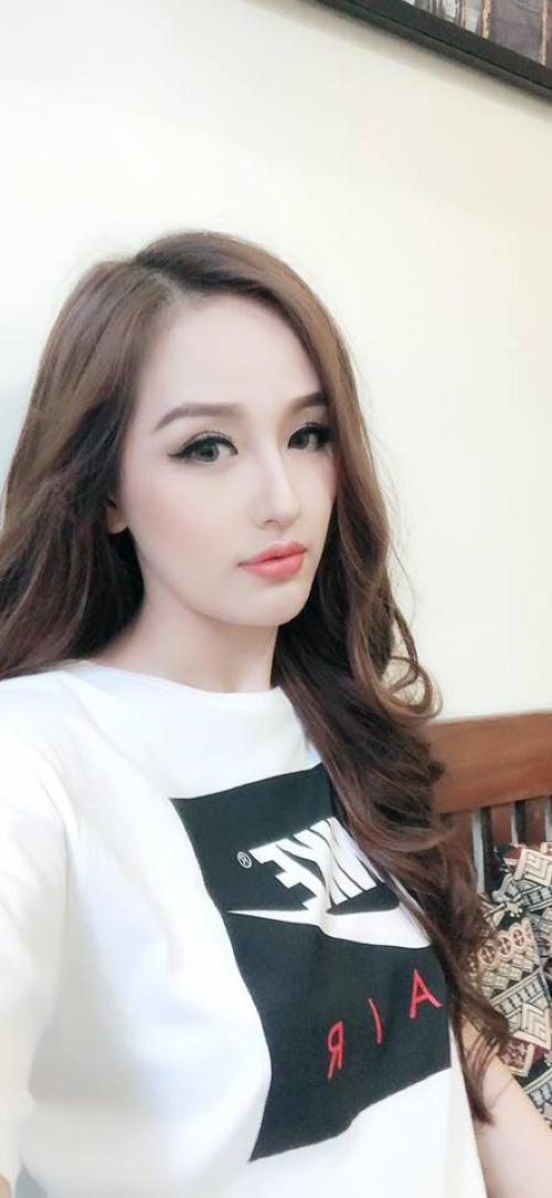 Mai Phương Thúy pose hình với góc nghiêng khoe vẻ đẹp cận mặt.