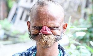 Người đàn ông dùng lưỡi liếm trán muốn lập kỷ lục thế giới