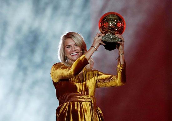 Ada Hegeberg nhận giải Quả bóng vàng dành cho nữ cầu thủ xuất sắc.