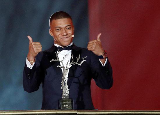 Kylian Mbappe nhận giải Cầu thủ trẻ hay nhất năm.