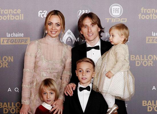 Tiền vệ người Croatia rạng rỡ bên bà xã và ba con trong buổi lễ ở Paris.
