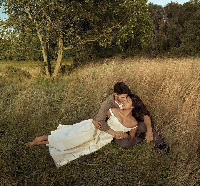 Dù chênh nhau 10 tuổi, Priyanka Chopra và Nick Jonas vẫn rất đẹp đôi. Priyanka nhiều năm được các tạp chí thời trang bầu chọn là một trong những mỹ nhân quyến rũ nhất thế giới.