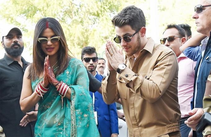 Cô dâu và chú rể vừa kết hôn vào buổi sáng 2/12 theo nghi thức Hindu. Cả hai chắp tay cúi chào người hâm mộ ở sân bay và cảm ơn vì tình cảm nồng nhiệt của mọi người dành cho.