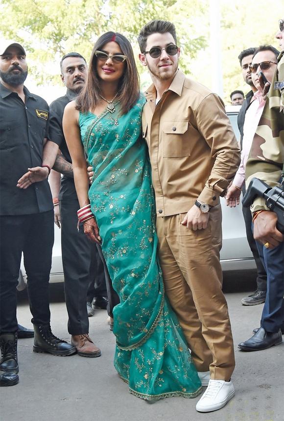 Dù đã sinh sống ở Mỹ nhưng Priyanka Chopra vẫn muốn tổ chức hôn lễ theo truyền thống quê hương và Nick Jonas cũng hết lòng ủng hộ quyết định của vợ. Cặp đôi cũng đã trao lời thề theo nghi thức Kito giáo vào ngày 1/12 do bố của Nick là mục sư Paul Kevin Jonas chủ trì.