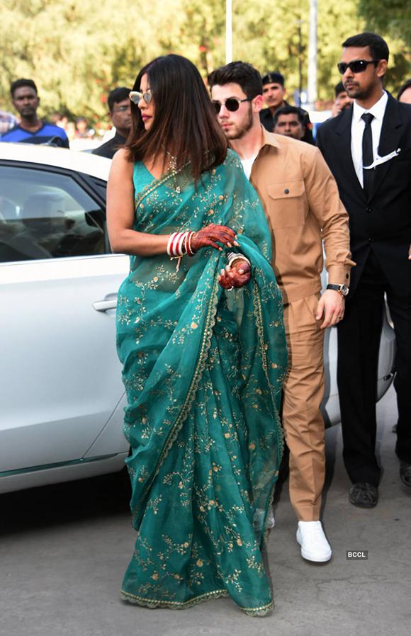 Sau 5 ngày tới cung điện để tổ chức lễ cưới, Priyanka Chopra và Nick Jonas tới sân bay Jodhpur vào chiều 2/12 để trở về thành phố Mumbai.